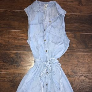 Adorable light colored jean dress with tie